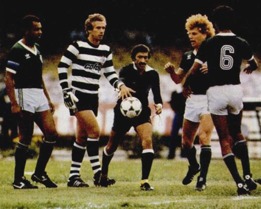bcc775abeb Leão e a famosa camisa zebrada que usou no Corinthians. Foto de Ronaldo  Kotscho. Crédito  revista Placar – 16 de dezembro de 1983.