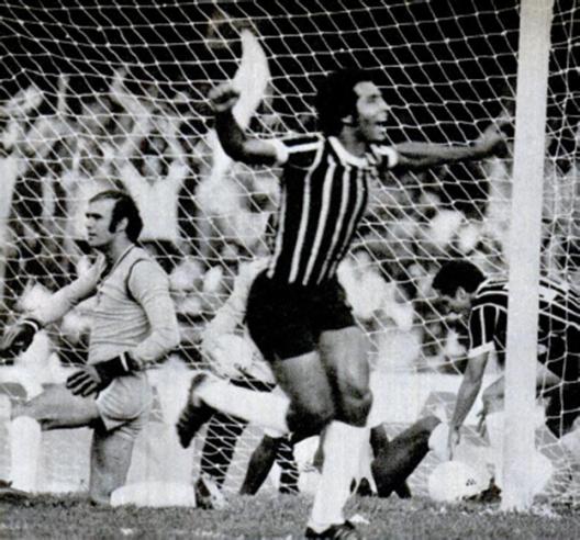 Geraldão, sorte contra o São Paulo de Waldir Peres. Crédito: revista Placar - 3 de agosto de 1979.