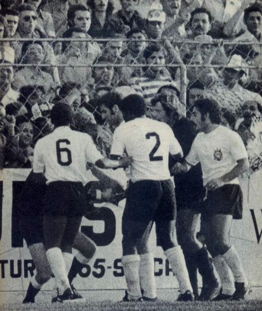 No primeiro jogo do segundo turno do campeonato paulista de 1974, Corinthians e Botafogo (SP), jogavam na Fazendinha até Geraldão marcar um gol em duvidosa situação de impedimento. Rivellino irritou-se e chutou o bandeira Mário Molina. A suspensão foi de apenas 5 partidas. Crédito: revista Placar.