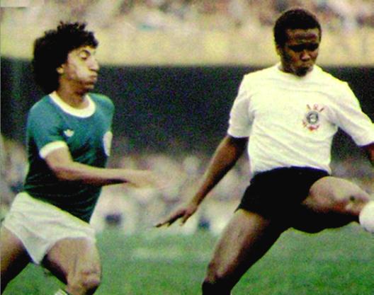 Rosemiro e Wladimir. A foto mostra como Rosemiro incomodava os laterais esquerdos da época com suas investidas ao ataque. Crédito: revista Placar.