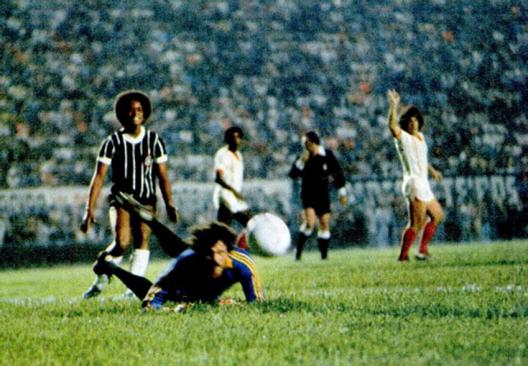 Rui Rei, que entrou no lugar de Romeu, quase marca o seu na vitória do Corinthians por 2x1 sobre a Portuguesa Santista no Pacaembu. Crédito: revista Placar - 6 de abril de 1979.