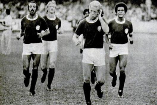 Partindo da esquerda; Beto Fuscão, Ivo, Ademir da Guia e Jorge Mendonça. Crédito: revista Placar.