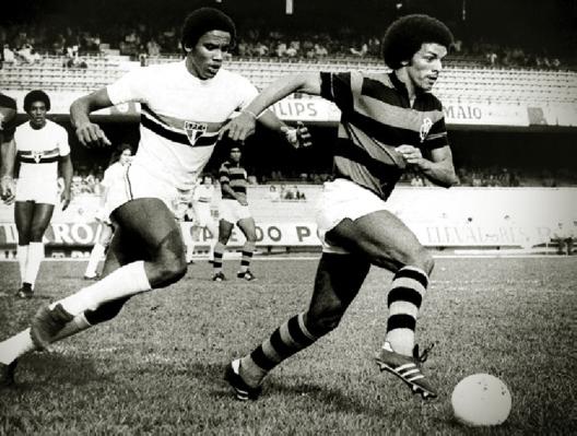 Sérginho Chulapa e Junior em partida disputada no Morumbi. Crédito: gazetaesportiva.net.