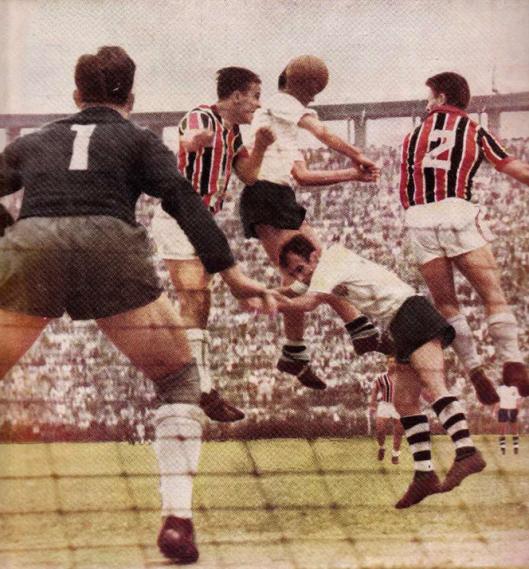 De Sordi, jaqueta 2, em partida contra o Corinthians no estádio do Pacaembu. Crédito: revista do Corinthians número 58 - Agosto de 1954.