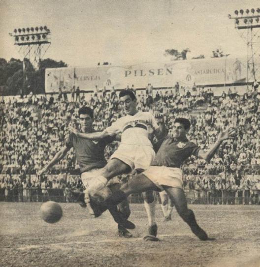 Gino Orlando briga praticamente sozinho contra o sistema defensivo da Portuguesa Santista. Crédito: revista Manchete Esportiva número 148 – 20 de setembro de 1958.