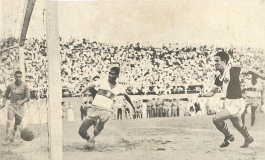 Vasco 1x0 Olaria pelo campeonato carioca de 1949. Lance do único gol da partida marcado pelo ponteiro Chico, apesar do esforço do zagueiro Leleco. Crédito: museudosesportes.blogspot.com.