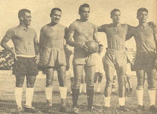 Partindo da esquerda: Simão, Geninho, Carlyle, Ademir e Paraguaio. Linha de ataque que treinava para disputar o campeonato Sul-Americano de 1949 realizado no Brasil.
