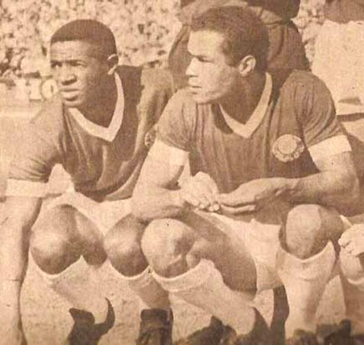 Dorval no Palmeiras ao lado do centroavante Servílio.