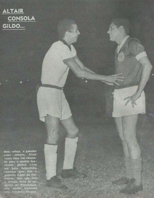 Altair do Fluminense e Gildo conversam sobre o escrete canarinho. Crédito: revista do Esporte número 373 – 1966.