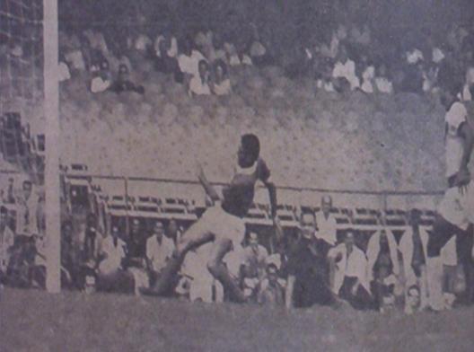 O famoso gol de Gildo contra o Vasco da Gama. Crédito: revista A Gazeta Esportiva Ilustrada. Foto publicada no blog pautandomundo.wordpress.com.
