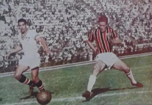 São Paulo 5x1 Fluminense. Amistoso disputado no estádio do Pacaembu em 1950. Um dos gols do São Paulo foi este, anotado por Ponce de Leon, que aparece chutando contra o goleiro Veludo, enquanto Pé de Valsa (esquerda) acompanha o lance. Crédito: revista Tricolor número 10 - 1950.