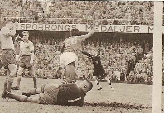 Vavá comemora o gol de empate do Brasil contra a Suécia na partida final da Copa do Mundo de 1958.