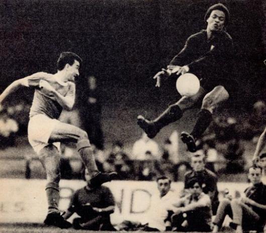 Ubirajara em dividida com o volante Dudu, em partida contra o Palmeiras no estádio do Morumbi. Crédito: revista Placar.