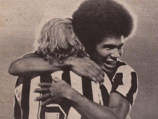 Zéquinha comemora o gol do Botafogo nos braços de Marinho Chagas.