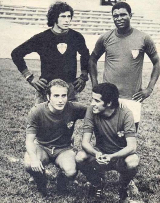 Jogadores da Portuguesa de Desportos: Em pé: Joel Mendes e Humberto Monteiro. Agachados: Samarone e Héctor Silva. Crédito: revista Placar.