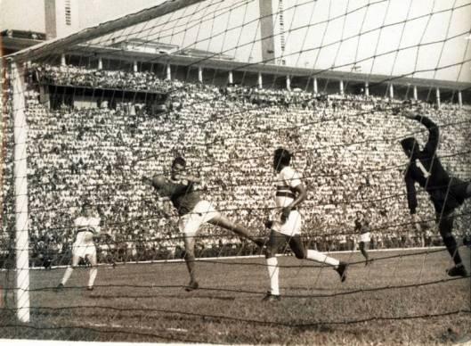 O atacante palmeirense Américo contra o São Paulo no estádio do Pacaembu. Crédito: americomurolo.esp.br.