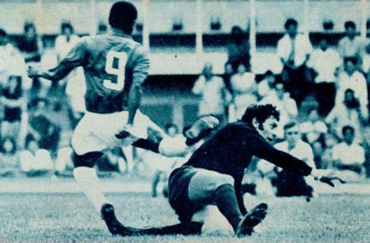 O trágico momento da fratura de Evaldo. Crédito: revista Placar - 29 de outubro de 1971.