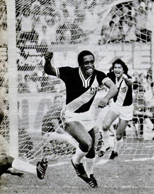 Os ponteiros Tuta e Lúcio em partida no Moisés Lucarelli. Crédito: revista Placar - 23 de março de 1979.