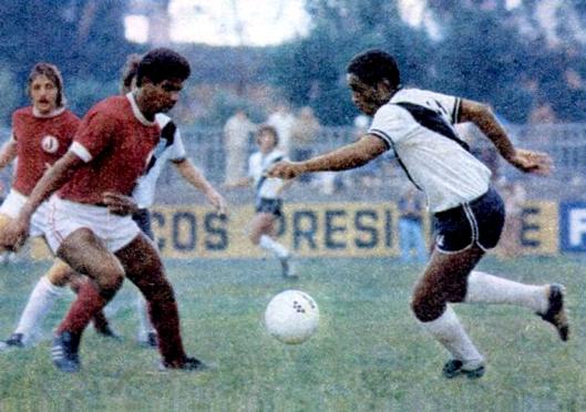Tuta em partida da Ponte Preta contra o Juventus na Rua Javari. Crédito: revista Placar - 23 de janeiro de 1976.