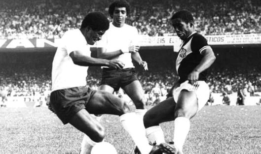 Segunda partida das finais do campeonato paulista de 1977. Tuta e Zé Maria travam um duelo familiar enquanto Basílio acompanha o lance de perto.