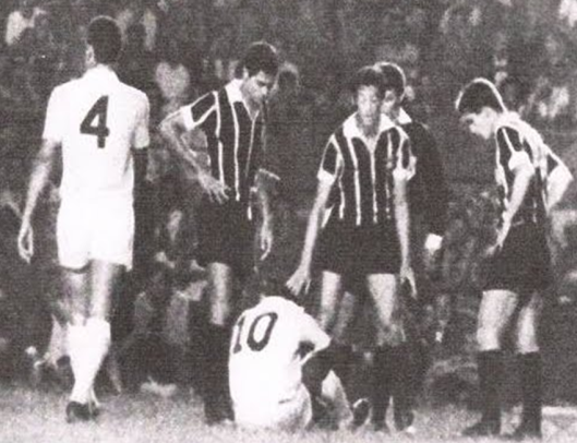 "A partida da ""Quebra do Tabu"" entre Corinthians e Santos. Partindo da esquerda: Carlos Alberto Torres, Édson Cegonha, Pelé, Luís Carlos e Osvaldo Cunha."