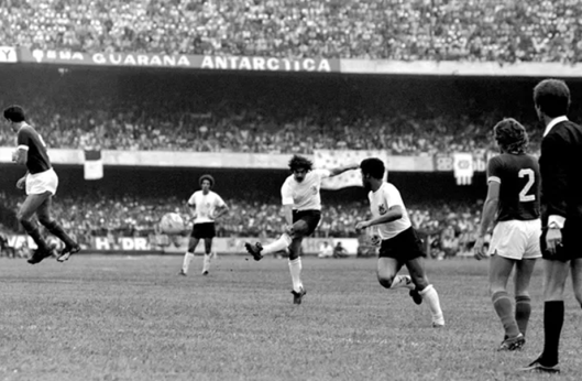 Jair Gonçalves, jaqueta 2, assiste o arremate de Rivellino durante o encontro final do campeonato paulista de 1974. Crédito: Foto: Arquivo/Agência Estado publicado em globoesporte.globo.com.
