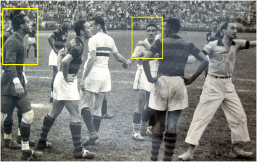 São Paulo e Flamengo no estádio do Pacaembu. Jurandyr e Luizinho Mesquita, em destaque, batem boca enquanto Sastre, no centro da foto, tenta acalmar os ânimos. O árbitro, de calça branca, coloca os brigões para tomar banho mais cedo.