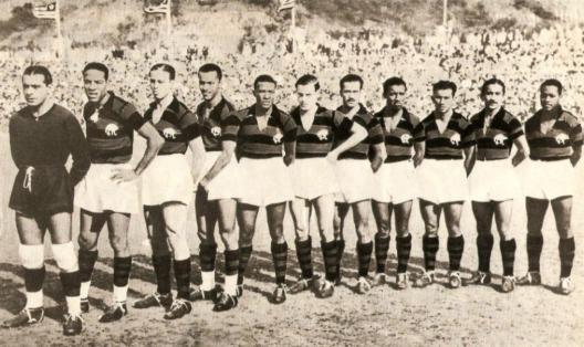 O Flamengo campeão carioca de 1943. Partindo da esquerda: Jurandyr, Domingos da Guia, Perácio, Newton Canegal, Jaime, Bria, Pirillo, Zizinho, Biguá, Veve e Jacy.