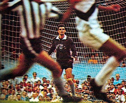 O goleiro Cao, ao centro, em clássico contra o Vasco da Gama no Maracanã. Crédito: site do Milton Neves.