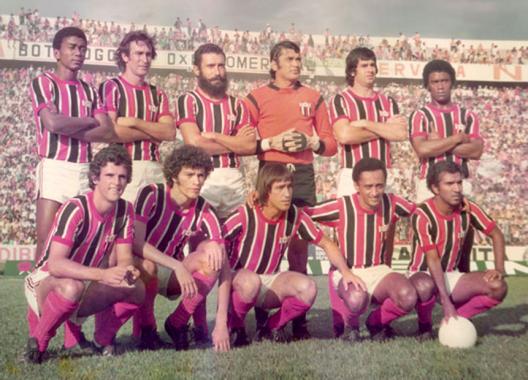 O forte quadro Botafogo de Ribeirão Preto em 1977. Em pé: Wilson Campos, Nei, Manoel, Aguilera, Mineiro e Mário. Agachados: Zé Mário, Sócrates, Arlindo, Lorico e João Carlos Motoca. Técnico: Jorge Vieira.