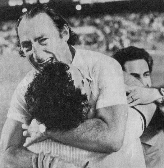 Fantoni nos braços de Abel. Campeão carioca de 1977. Crédito: wanderleynogueira.com.br.