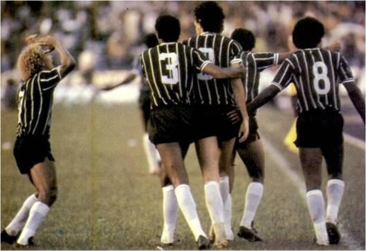 Partindo da esquerda; Biro Biro, Mauro (camisa 3), Sócrates (camisa 9), Caçapava encoberto e Píter (Camisa 8). Crédito: revista Placar.