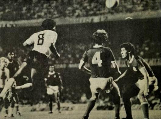 """30 de Janeiro de 1980. No famoso clássico do gol de """"canela"""" de Biro Biro, que desclassificou o Palmeiras, Píter (camisa 8) sobe de cabeça acompanhado de perto por Polozzi e pelo lateral esquerdo Pedrinho (camisa 4). Crédito: revista Placar."""