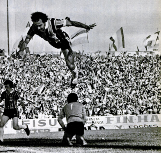 A imagem do salto que marcou o título gremista de 1977. Crédito: revista Placar - 21 de outubro de 1977.