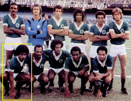 Piter, em destaque, nessa formação do Goiás em 1977. Crédito: revista Placar - 25 de novembro de 1977.