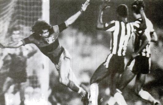 Nunes brigando entre Perivaldo e Zé Eduardo. Crédito: revista Placar - 17 de outubro de 1980 – Foto de Rodholpo Machado.