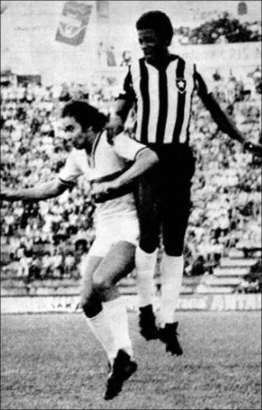 No choque entre o Botafogo paulista e o Botafogo carioca, Alexandre Bueno e Renê disputam pelo alto. Crédito: revista Placar - 9 de dezembro de 1977.