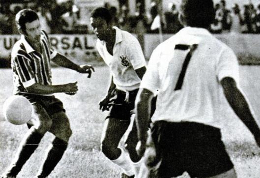 Em 29 de novembro de 1970, o Bahia derrotou o Corinthians por 3x2 em partida válida pelo Torneio Robertão. Partindo da esquerda vemos Roberto Rebouças, Paulo Borges e Lindóia. Crédito: revista Placar - 4 de dezembro de 1970.