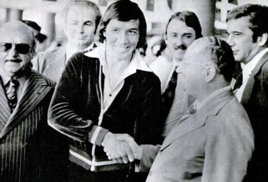 Os dirigentes Jordão Bruno Sacomani e Ferruccio Sândoli em torno de Mário Soto. Crédito: revista Placar.