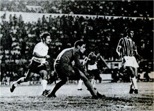 Por 4x1, o Corinthians de Roberto Rivellino (esquerda) não teve dificuldades para bater o Santa Cruz do goleiro Gilberto (centro). Crédito: revista Placar - 13 de agosto de 1971.