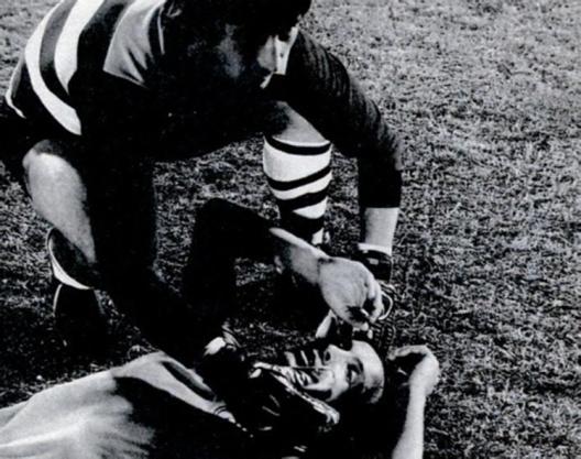 Mário Sototeve seu dia de caça ao ser atingido no olho por um soco de Anselmo do Flamengo. Crédito: revista Placar - 4 de dezembro de 1981.