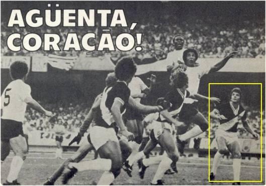 Ruço, camisa 5, e Jair Picerni, em destaque, observam disputa entre Wladimir, Geraldão, Oscar, Polozzi e o goleiro Carlos (encoberto). Segunda partida das finais do Paulistão de 1977 - Crédito: revista Placar - 14 de outubro de 1977.