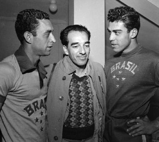 Em 1952, na seleção olímpica, vemos Jansen, o jornalista Augusto Rodrigues e o goleiro Carlos Alberto. Crédito: acerj.com.br.