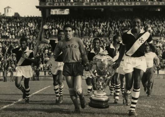 Carlos Alberto carrega o troféu Teresa Herrera em 1957. Crédito: netvasco.com.br.