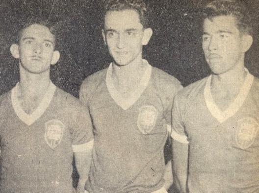 """O trio ofensivo do selecionado amador de 1952 era formado por verdadeiros """"cobras"""": Humberto, Larry e Vavá. Crédito: revista Colorada – Abril de 1958."""