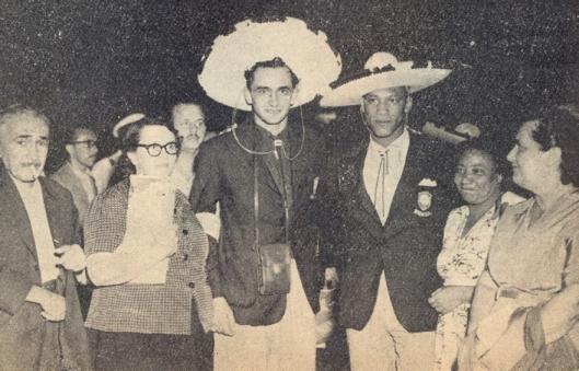 Larry e Florindo cercados por seus familiares na chegada do México. Crédito: revista Colorada – Abril de 1958.