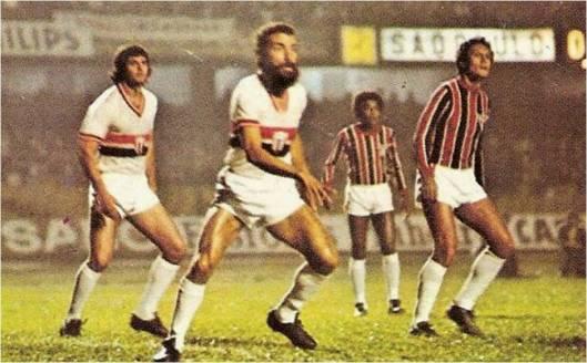 18 de maio de 1977- Campeonato paulista – Partida final da Taça Cidade de São Paulo - São Paulo 0x0 Botafogo. Manoel (centro), cerca o espaço de Pedro Rocha (direita). Crédito: Ping Pong Futebol Cards – Série Grandes Jogos.