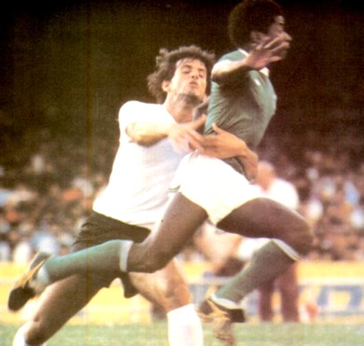 """Zé Eduardo e Pires em mais um """"Derby"""" disputado no Morumbi. Crédito: revista Placar – 1 de fevereiro de 1980."""