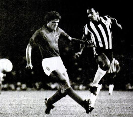 Morais e Reinaldo, que saiu de campo com nove pontos na canela. Crédito: revista Placar – 15 de abril de 1977.