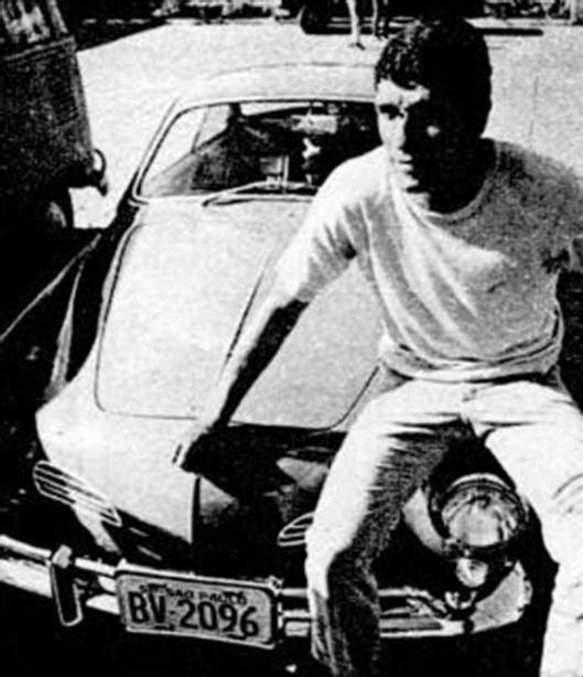 Dirceu Alves no estacionamento do Parque São Jorge com seu Karmann-Ghia cereja. Crédito: revista Placar – 22 de janeiro de 1971.